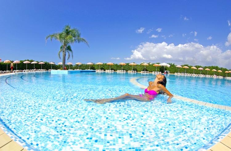 madama club village piscina