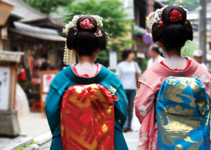 Kyoto_2-geishas-walking